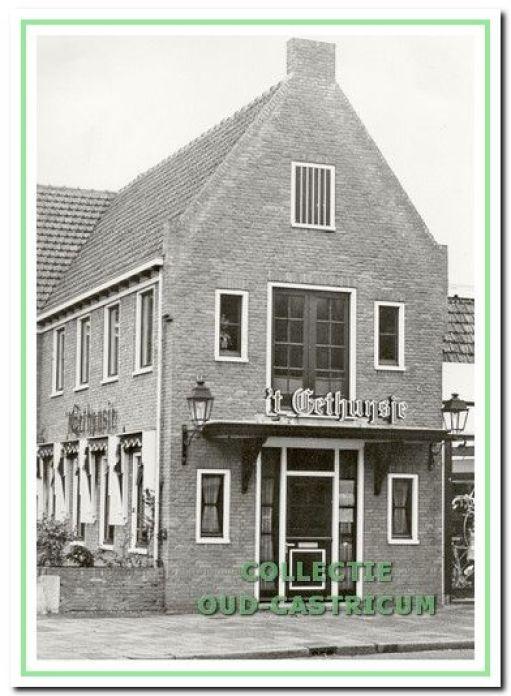 Foto uit ca. 1977 van het nieuw gebouwde Eethuysje aan de Dorpsstraat 53.