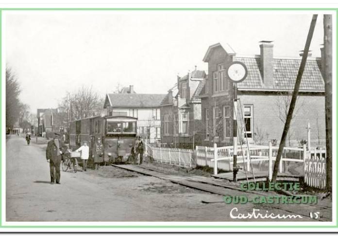 De stoomtram in 1915 aan het begin van de Dorpsstraat (toen Rijksstraatweg). Van rechts naar links de panden nr 3, 5, een open plek waar in 1917 nr 7 werd gebouwd en pand nr. 9, door de tram gedeeltelijk aan het zicht onttrokken. Op de voorgrond het bruggetje over de bermsloot naar villa nr 1.