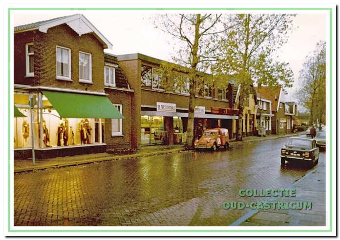 Gedeelte van de Dorpsstraat circa 1975. Naast het pand van Stevens de in 1973 tot stand gekomen nieuwbouw, omvattend twee winkeleenheden en een bovengelegen kantoor.