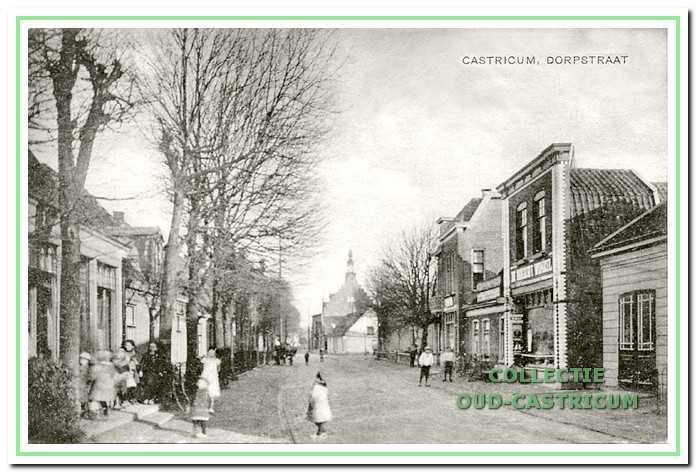 Doorkijk Dorpsstraat in 1921. Rechts zien we achtereenvolgens een stukje van de werkplaats van Schram, het pand van Jan Stolk, met in het rechtergedeelte 'De Nieuwe Winkel' en de in 1912 gebouwde panden, nu Dorpsstraat 41 en 43.