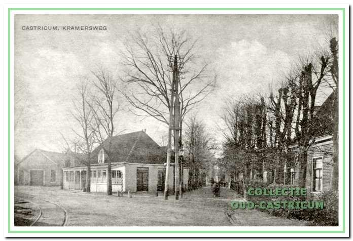 Inkijk vanaf Rijksstraatweg (nu Dorpsstraat) in de Kramersweg met links op de hoek café van Benthem, circa 1920.