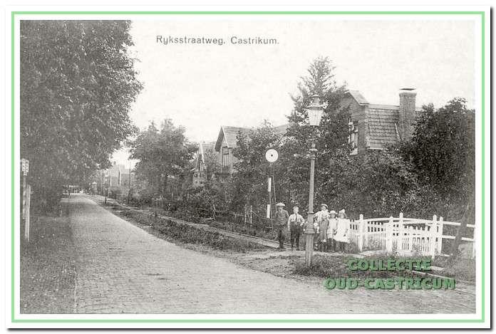 Vanaf de gasfabriek komen we over de spoorweg aan de Dorpsstraat rechts van de weg tegenover Funadama hier een op gas gestookte straatlantaarn tegen; het is omstreeks 1916, rechts van de weg liggen de tramrails van de stoomtram.