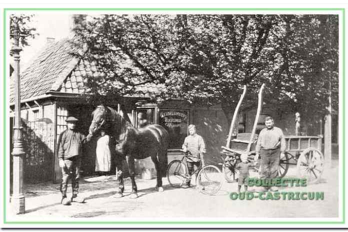Omstreeks her jaar 1916: Cor Peperkamp met zoon Frans, in de deuropening vrouw Trijntje in verwachting van Marie en knecht Piet Dam met de fiets.
