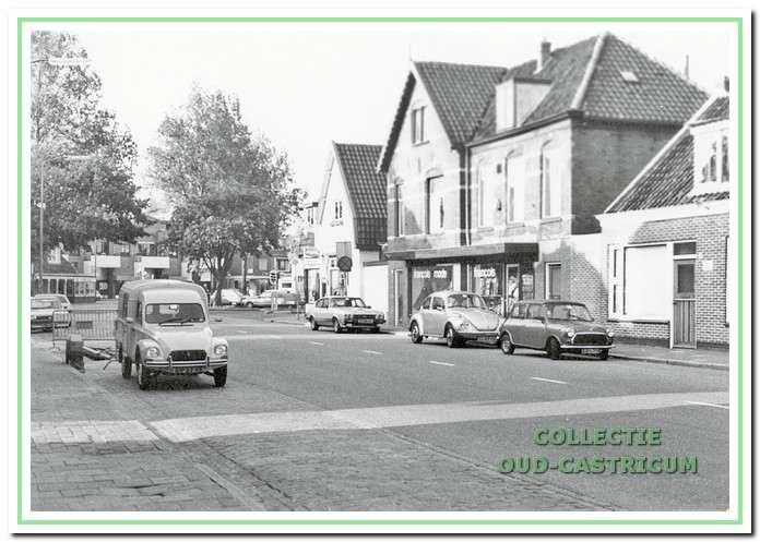 Dorpsstraat  in 1983 met rechts Francois mode en even verder snackbar Veronica.