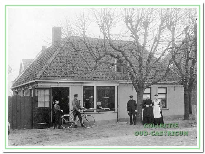 De smederij van Klaas Smit aan de Rijksstraatweg (later Dorpsstraat) omstreeks 1900. Achter het pand bevond zich een loods voor ijzeropslag.