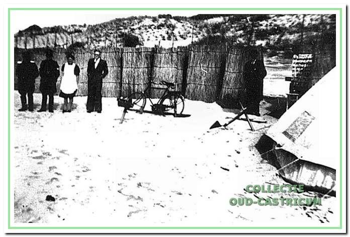 De kleedhokjes gemaakt van de rietbossen uit de Biesbosch (1945).