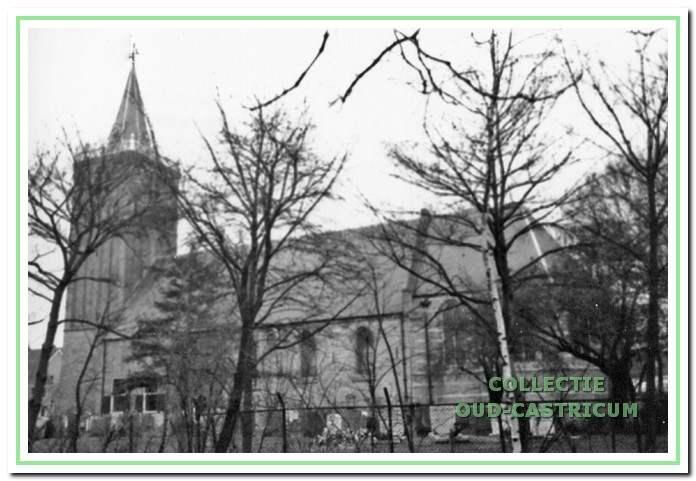 Nederlands hervormde kerk met kerkhof.