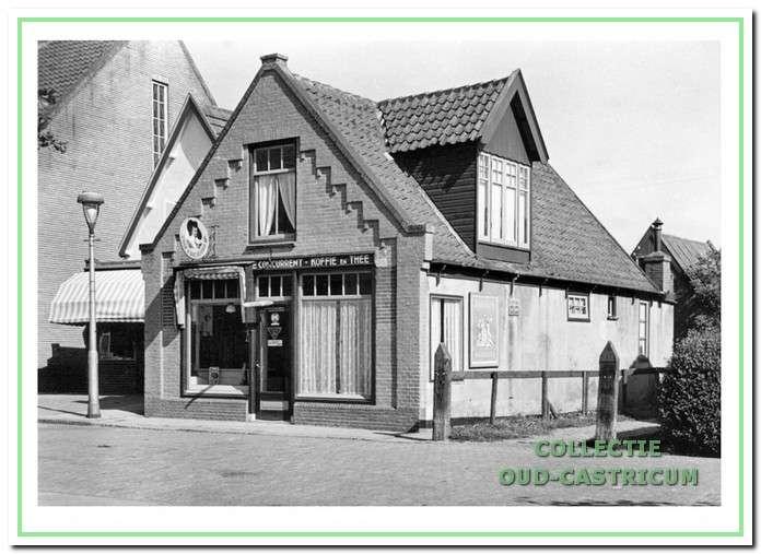 De tabaks- en kruidenierswinkel 'De Concurrent' van de weduwe Johanna Vader - Out omstreeks 1950, die de voormalige winkel van Piet Vader na diens dood voortzette tot aan de sloop in 1952. Links de naar achteren gelegen winkel van Nicolaas de Jonge en daarnaast de zijgevel van het pand van banketbakker Marjot, waarin ook een kapperszaak was gevestigd.