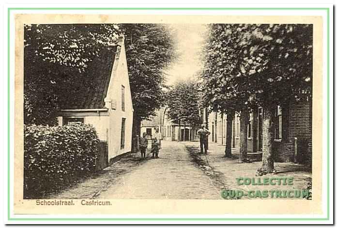 Een kijkje in de Schoolstraat vanaf de Breedeweg. Links staat het witte huisje van de familie Dekker dat na 1945 gesloopt is.