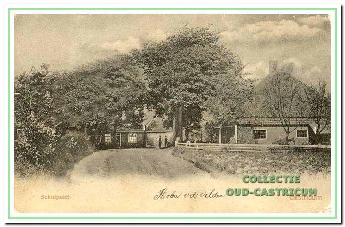 Een van de oudstefoto's van het Schulpstet. Rechts staat de boerderij waar de familie Lute woonde. Links achter staat de woning van de familie Kuijs.