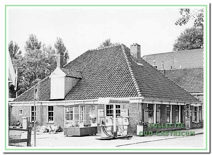 Eerst Steeman kolenhandel, van Niek, en later de witte pomp van firma. Steeman.