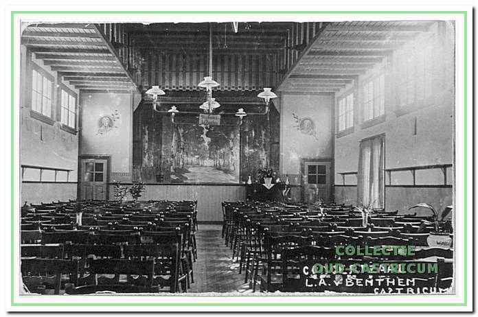 Interieur van de toneel- en concertzaal, die Bertus van Benthem in 1910 aan de achterzijde van zijn café liet aanbouwen.