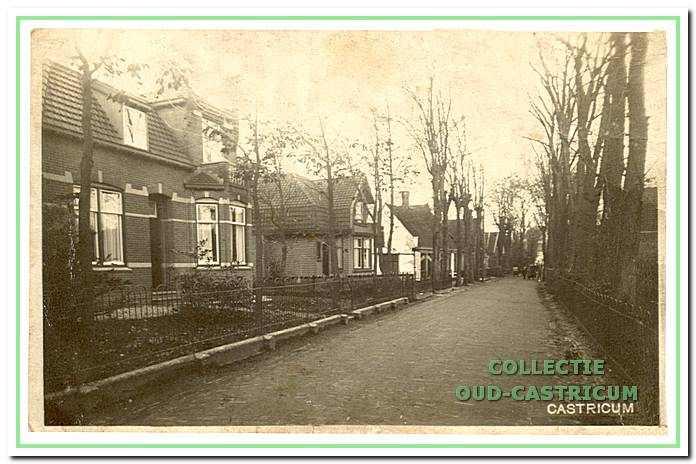 Doorkijk Burg. Mooijstraat in de richting Dorpsstraat omstreeks 1926. Aan de linkerkant achtereenvolgens het woonhuis van de familie Spaansen (nr 21), van de familie Lute (nr 19) en nog net zichtbaar de winkel van Thijs Olgers.