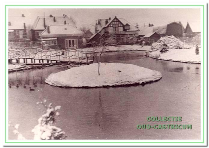 """De tuin van Rommel in de sneeuw met links """"Achter Bornholm""""en rechts """"Sonnevanck""""."""
