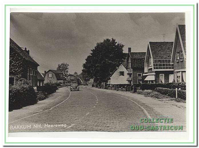 Foto genomen in de vijftiger jaren van de Heereweg in noordelijke richting vanaf even voorbij de Achterlaan.