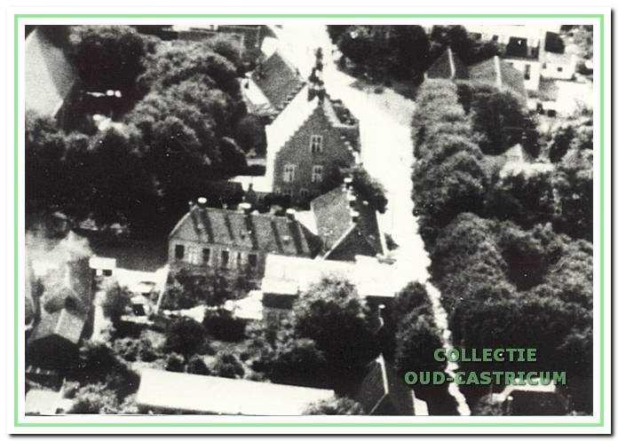 Luchtfoto van school en raadhuis ca. 1920.