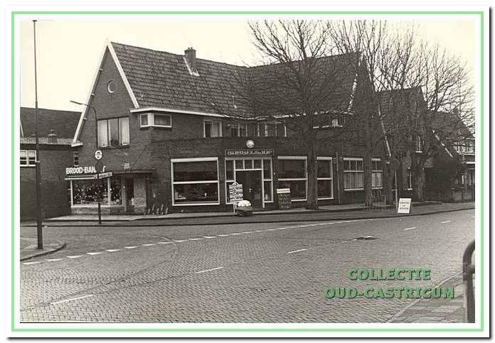 De bakkerij annex lunchroom van Kuilman op de hoek Van der Mijleweg - Van Oldenbarneveldweg. Hierin is nu restaurant Apicius gevestigd.