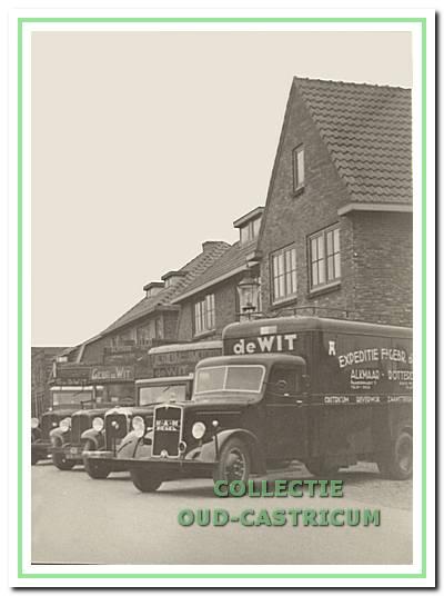 Vrachtwagens voor het pand Mient 41-43 in 1937. Op de voorgrond de 4-tonner MAN-diesel voor de lijndienst op Rotterdam.