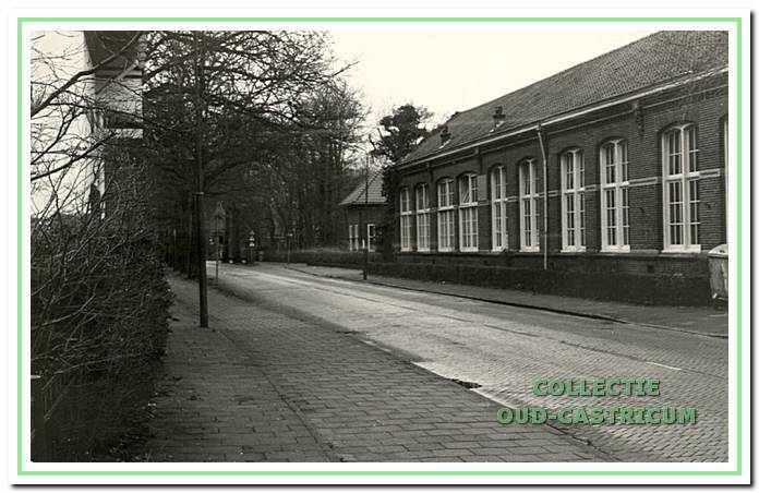 Rechts de School met den Bijbel, de voormalige Tweede Openbare Lagere School aan de Van Oldenbarneveldweg 37-39 in Bakkum.