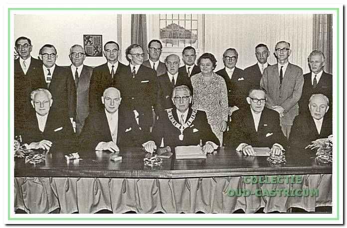Bij het afscheid van burgemeester Smeets in 1968. De burgemeester te midden van de in 1966 gekozen gemeenteraadsleden.