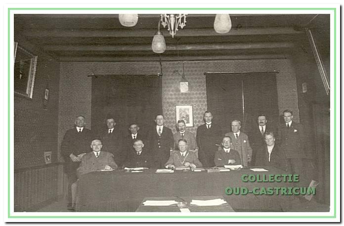 Gemeenteraad met burgemeester P.H.L.J. Lommen (1918-1936).