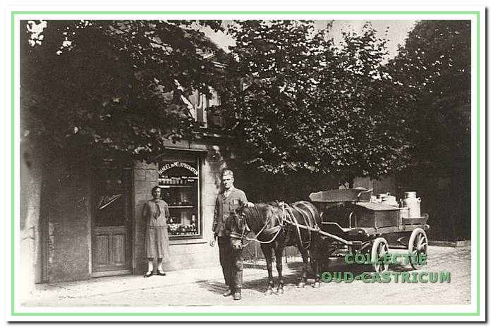 Melkventer Jan Castricum met paard en wagen. Op de achtergrond het moeilijk te herkennen winkelpand met opschrift 'Handel in melkproducten'. Naast de deuropening zijn echtgenote Margaretha Kuilman. De foto werd gemaakt in 1924, waarschijnlijk bij de opening van de winkel.