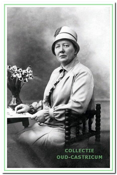 """Juffrouw Vahl verongelukte in 1931, toen ze met haar bromfiets onder de tram van het Provinciaal Ziekenhuis kwam. Een gebroken zuil op de begraafplaats bij de Hervormde kerk herinnert aan haar. Op het monument staat de tekst: """"Deze grafs·teen werd haar geschonken door de vrouwen van Castricum"""" ."""