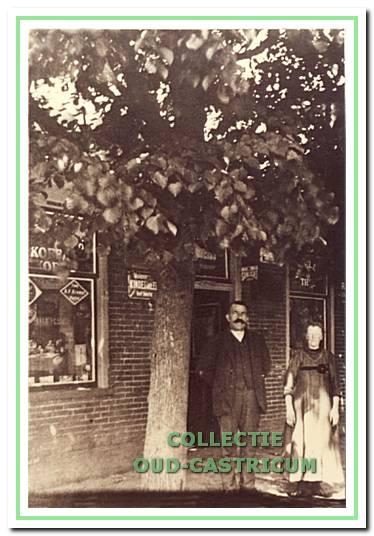 Bernard Res en Johanna Res - de Weijer voor hun kruidenierszaak 'De Gouden Stulp' (nr 23) omstreeks 1920.