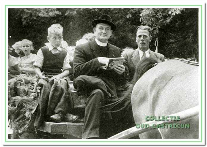 Een toendertijd traditioneel schoolreisje van de Cuneraschool met de 'paardewagen' naar de 'Bedriegertjes' in Bergen. Op de bok zit Pastoor de Wit. De foto zal rond 1950 zijn gemaakt.
