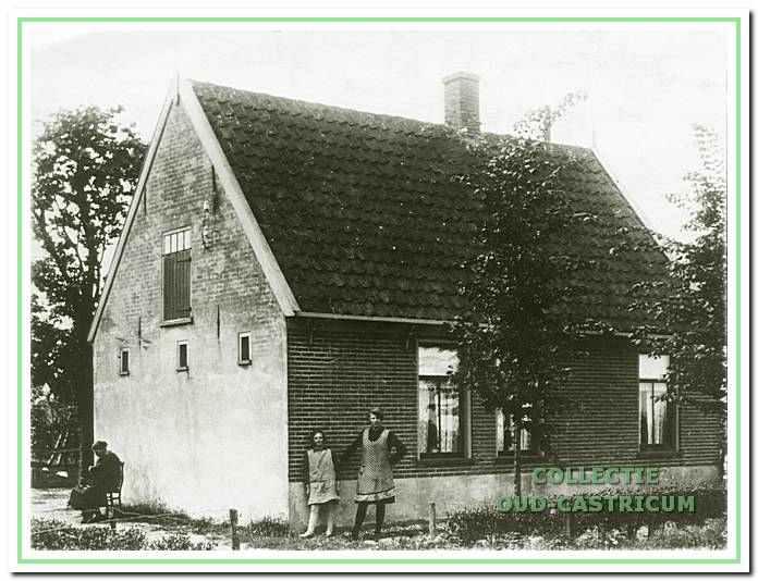 Het huis van de familie Meijne (zie 19). V.l.n.r.: Mijntje Liefting (gehuwd met Pieter Meijne) met de dochters Aafje Meijne en Anna Meijne.