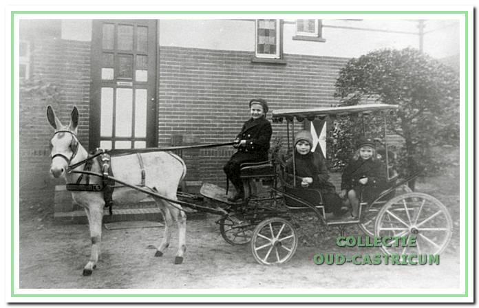 afb. 4 De ezelwagen met Jan Rommel op de bok en zijn zusjes Anna en Anneke erin bij de villa Sonnevanck. Dit huis stond met de achterkant gekeerd naar de Burgemeester Mooijstraat.