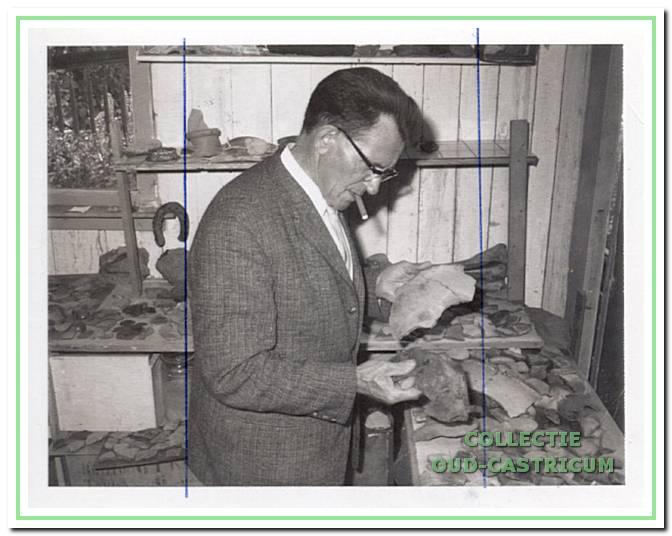 Grondlegger. Derk van Deelen verzamelde zijn archeologische vondsten in de schuur achter zijn woning aan de Tetburgstraat. In het oude raad- huis van Castricum installeerde hij de werkgroep met als eerste voorzit- ter Klaas Veldt.