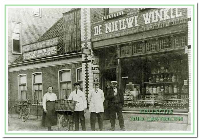 Jan Stolk kwam in 1898 uit Amstelveen naar Castricum en begon een zaak in de Dorpsstraat. De zaak werd in 1917 verbouwd en de nieuwe winkel was een feit.