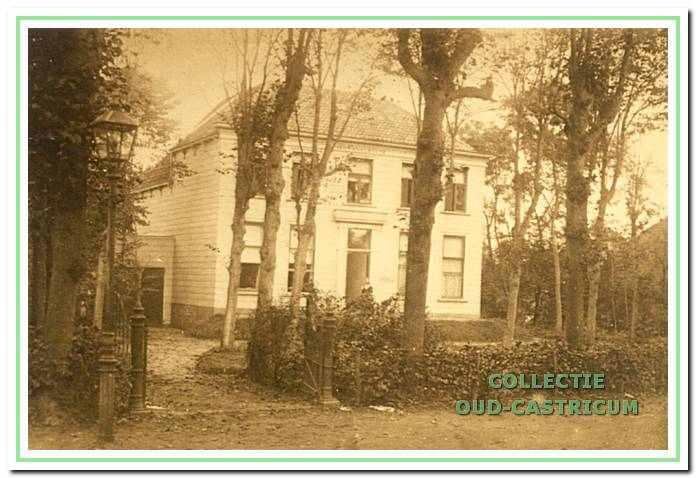 Het herenhuis Hermana State werd bewoond door de arts Yeb Schoonhoff en zijn echtgenote. Het huis was geheel opgetrokken uit hout. Bij de sloop in 1964 bleek, dat de dubbele buitenwanden met turf waren opgevuld.