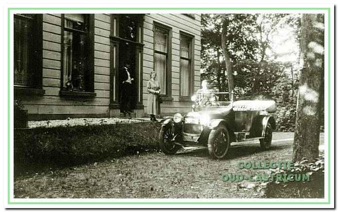 Hermana State aan de Dorpsstraat met wellicht dokter Schoonhoff in 1925.