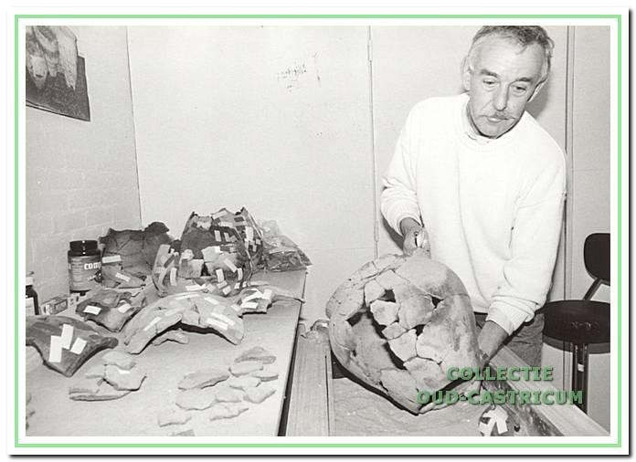 Harry Vermanen bezig met het plakken van scherven in de Duynkant.