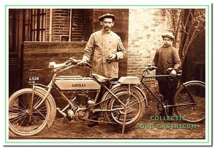 Deze foto, te dateren omstreeks 1915, toont de rijwiel- en motorhandelaar Cornelis Stolk en naast hem een nog jonge Anton Gorter, die als knecht bij hem in dienst was en later zelf een reparatie-inrichting voor rijwielen en motoren begon.
