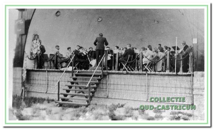 1945: De oude muziektent aan de Overtoom.