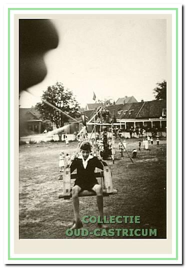 Manifestatie van de padvinderij op het kermisterrein, met een ingenieus aangelegde kabelbaan. Op de achtergrond het cafébedrijf hoek Dorpsstraat-Burg. Mooijstraat. Foto circa 1948-1949.