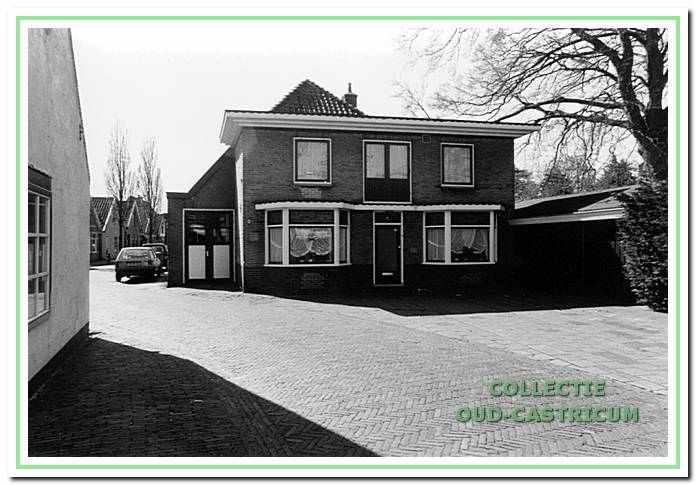 De woning van Johannes Res met aan de linkerzijde van de woning de werkplaats. Aan de rechterzijde is de houtopslag.