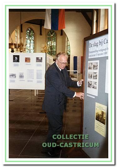 De openingshandeling van de tentoonstelling in de Nederlands Hervormde Kerk over de Slag bij Castricum wordt verricht door de Commissaris van de Koningin Dr. J A. van Kemenade.