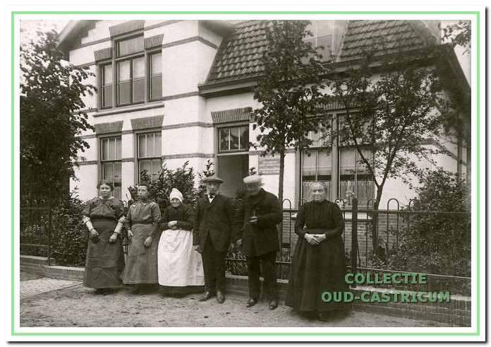 Het nieuwe 'Burgerlijk Armenhuis' aan de Overtoom in 1912. V.l.n.r. Guurtje Ooms,Trijntje Ooms, Maartje Knaap, Teunis Baars, Dirk Stuifbergen en weesmoeder Ma (Keetje)de Winter.