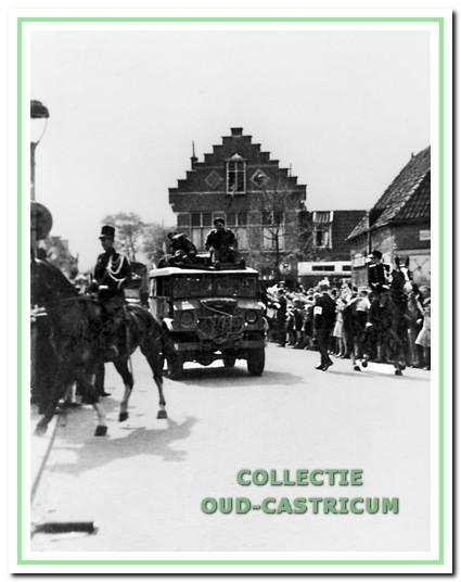 Intocht van de bevrijders bij het gemeentehuis van Castricum op 8 mei 1945. Ook Nardus was hier getuige van.
