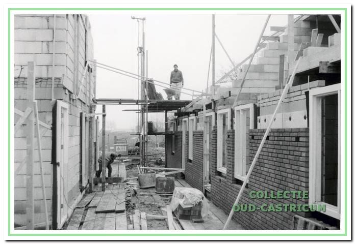 De nieuw te bouwen wijk Albertshoeve in volle gang, Molendijk in Castricum.