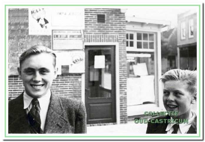 Dorpsstraat 70 ca 1943: achter deze (onbekende) jongens het distributiekantoor.