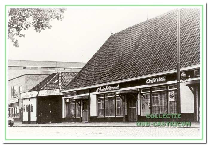 Links de Doorrijstal die is veranderd in een opslagplaats voor hout en ijzer. Het Cafe heette later De Oude Schimmel, Sands, enzovoorts.