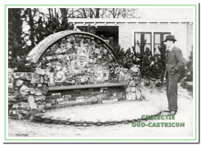 Juliana en Bernhard bank aan de Dorpsstraat in Castricum, in 1937 gemaakt door eigen inwoners zonder kosten.
