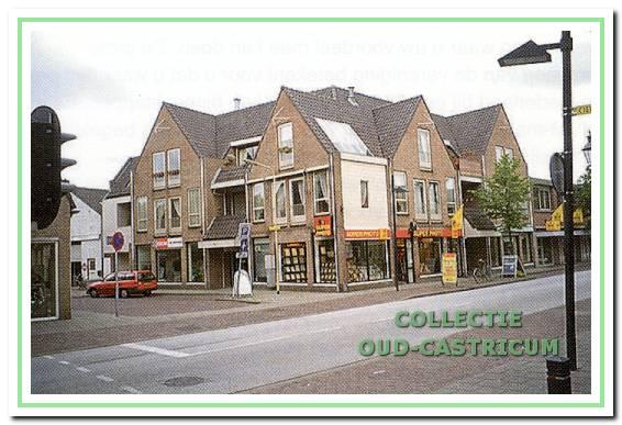 De situatie hoek Dorpsstraat-Korte Cieweg in 1997. Voor het pand van Stevens zijn winkels met bovengelegen appartementen in de plaats gekomen. Op de hoek was toen een fotozaak gevestigd. Ernaast, Dorpsstraat 92, poeliersbedrijf J. van Hoogdalem.