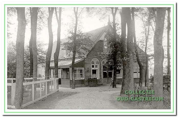 Het café-restaurant De Harmonie, hoek Burgemeester Mooijstraat en Stationsweg, is nu ook 100 jaar oud.