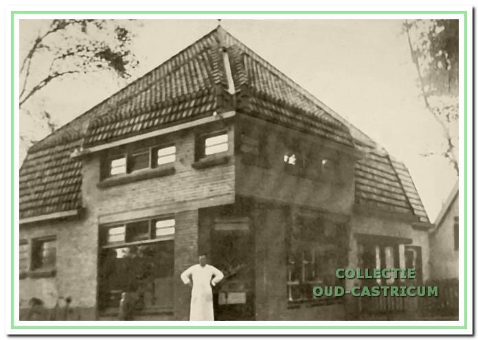Cornelis Sneekes, voor het winkelpand (nr 29), dat hij in 1926 liet bouwen op de plaats van de boerderij van Schotvanger en waarin hij een slagerij begon. De foto dateert van 1930.